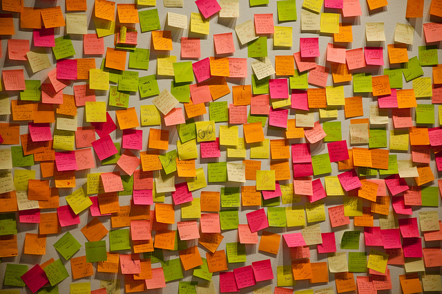 parete piena di post-it scritti durante un brainstorming